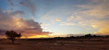 Tramonto meraviglioso con il temporale nel paesaggio arido e desolato del deserto di Atacama fotografie stock libere da diritti