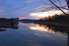 @ tramonto messo in bacino barche Immagini Stock