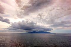 Tramonto minaccioso sopra l'isola Fotografia Stock