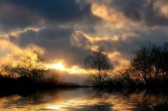 Tramonto misterioso sopra il lago fotografie stock libere da diritti