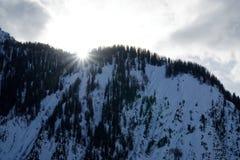 Tramonto in montagne di Alpes coperte di neve e di foresta di inverno vicino a Mont Blanc Italy Immagini Stock
