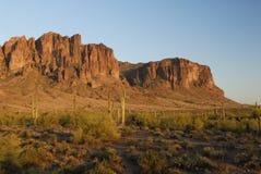 Tramonto in montagne di superstizione in Arizona Fotografia Stock Libera da Diritti