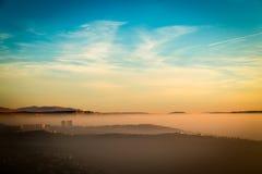 Tramonto nebbioso nella baia di Trieste Fotografie Stock Libere da Diritti