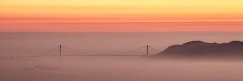 Tramonto nebbioso sopra golden gate bridge a San Francisco, California Fotografia Stock