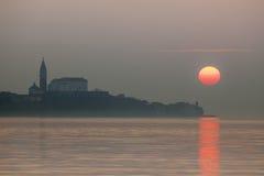 Tramonto nebbioso sopra Piran, Slovenia Fotografia Stock Libera da Diritti