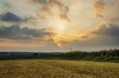 Tramonto nei campi dell'azienda agricola con il bello cielo nuvoloso, Cornovaglia, Regno Unito Fotografia Stock