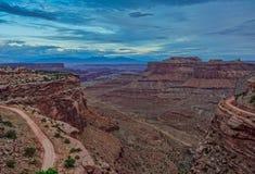 Tramonto nei tracciati della strada della traccia dello shafer nel parco nazionale di Canyonlands fotografia stock libera da diritti