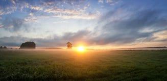 Tramonto nel campo con nebbia, Russia, i Urals, Immagine Stock Libera da Diritti