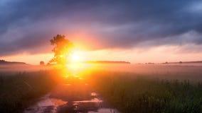 Tramonto nel campo con nebbia, Russia, i Urals, Immagini Stock Libere da Diritti