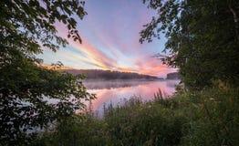 Tramonto nel fiume con il riflesso immagini stock libere da diritti