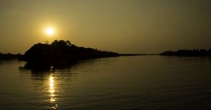 Tramonto nel fiume Zambezi immagine stock
