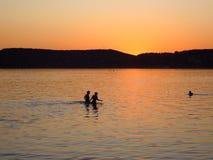 Tramonto nel lago immagine stock