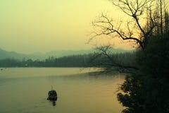 Tramonto nel lago ad ovest Fotografia Stock