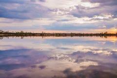 Tramonto nel lago bello tramonto dietro le nuvole sopra i precedenti eccessivi del paesaggio del lago Estate fotografia stock