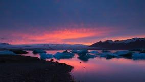 Tramonto nel lago glaciale Jokulsarlon, Islanda fotografia stock