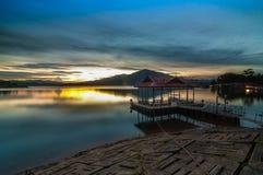 Tramonto nel lago Kenyir Fotografie Stock