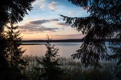 Tramonto nel lago Seliger fotografie stock libere da diritti