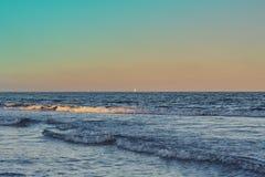 Tramonto nel mar Mediterraneo con le barche a vela nei precedenti fotografie stock libere da diritti