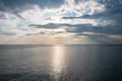 Tramonto nel mare e nel cielo blu Fotografia Stock Libera da Diritti