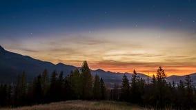 Tramonto nel Mountain View di Tatra da Zakopane con le stelle, Polonia video d archivio