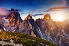 Tramonto nel paesaggio delle montagne Fotografie Stock