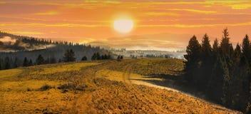 Tramonto nel paesaggio di autunnodelle alte montagne Immagini Stock Libere da Diritti
