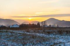 Tramonto nel paesaggio di inverno con le case Immagine Stock Libera da Diritti