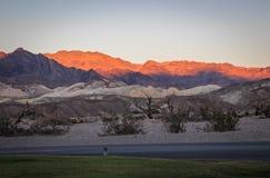 Tramonto nel parco nazionale di Death Valley durante il giorno caldo senza nuvole Fotografia Stock