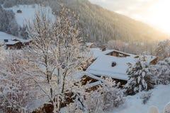 Tramonto nell'inverno in piccolo villaggio fotografia stock