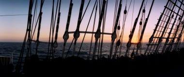 Tramonto nell'Oceano Atlantico - vista attraverso gli schermi dalla piattaforma della nave alta Fotografie Stock Libere da Diritti