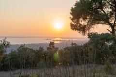 Tramonto nella città più bella della foto della Grecia presa dalla foresta Kedrinos Lofos della sommità fotografie stock