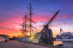 Tramonto nella città di Gdynia al Mar Baltico Fotografie Stock Libere da Diritti