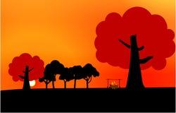 Tramonto nella foresta, cielo arancio luminoso royalty illustrazione gratis