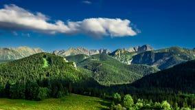 Tramonto nella vista di Zakopane alle montagne di Tatra stock footage