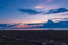 Tramonto nella zona rurale sopra il giacimento di grano Tiro di foto di sera tardi con profondità di campo bassa Immagine Stock Libera da Diritti