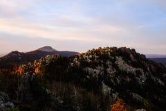 Tramonto nelle montagne fotografia stock