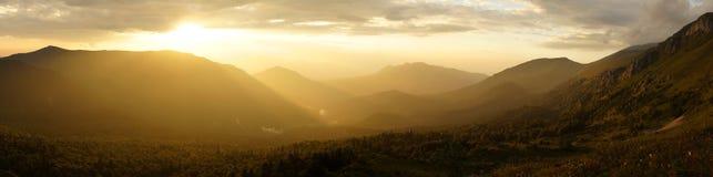 Tramonto nelle montagne. Fotografie Stock