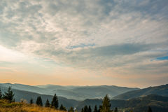 Tramonto nelle montagne carpatiche Immagine Stock