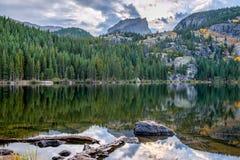 Tramonto nelle montagne che trascurano il lago alpino prima della s Fotografia Stock