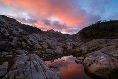 Tramonto nelle montagne con lo stagno del Tarn immagini stock libere da diritti