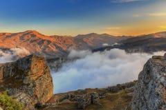 Tramonto nelle montagne del villaggio di Gryz l'azerbaijan immagini stock libere da diritti