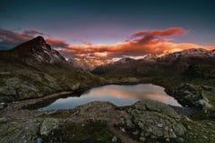 Tramonto nelle montagne Il piccolo lago, anche nell'inverno, la temperatura dell'acqua è + di 30 gradi La valle dei geyser fotografia stock libera da diritti