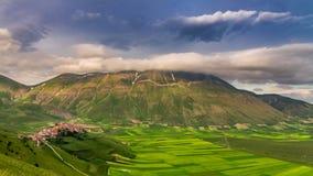 Tramonto nelle montagne sopra Castelluccio, Italia fotografie stock libere da diritti