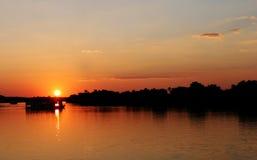 Tramonto nello Zimbabwe sopra il fiume di Zambezi Immagini Stock