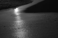 Tramonto nero Hawai della spiaggia Immagine Stock
