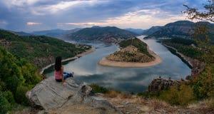 Tramonto nuvoloso al meandro di Arda River, diga Kardzhali, Bulgaria immagini stock libere da diritti