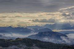 Tramonto nuvoloso della montagna. L'Italia Fotografia Stock
