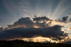 Tramonto nuvoloso meraviglioso nelle montagne fotografia stock