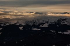 Tramonto nuvoloso sopra i picchi nevosi dei Carpathians Fotografia Stock Libera da Diritti