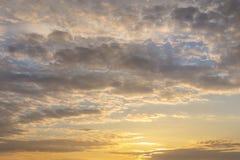 Tramonto o alba naturale con i colori vibranti Fondo variopinto drammatico del cielo Contrasto morbido fotografia stock libera da diritti